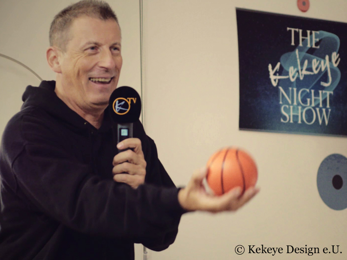 The Kekeye Night Show, Andreas Reinisch Spiel Basketball im Studio in Wien, Österreich, Late Night, Night Show, Talk Show, Show, Firmenpräsentation, Präsentation, Unterhaltung, Unternehmen, YouTube, Video, Marketing, Talente, Kreativität, Kekeye Design, Kekeye, Design
